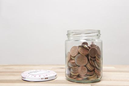 kleingeld stücke liegen in spar glas