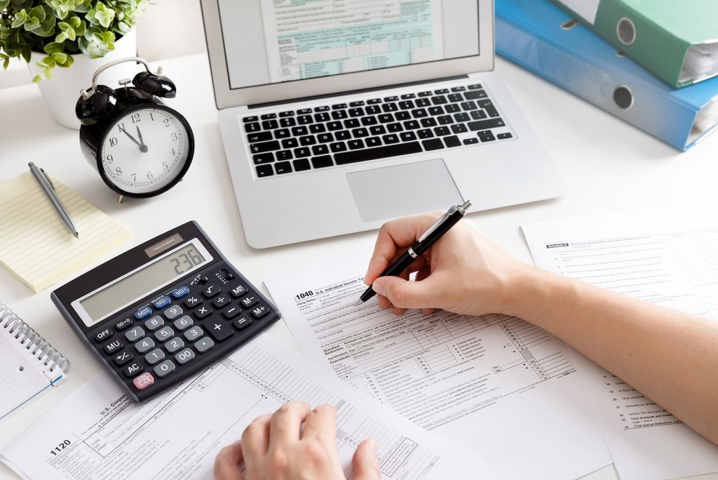 bigstock-Man-Filling-Us-Tax-Form-Us-In-409178569-min