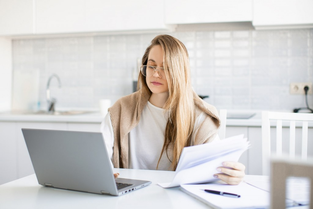 bigstock-Woman-Works-Online-In-Front-Of-404610647-min